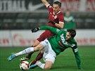 Jablonecký bek Vojtěch Kubista (v zeleném) si chrání míč před sparťanským...
