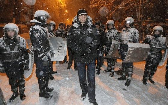 Vůdce opoziční strany ÚDER Vitalij Kličko mezi policejními těžkooděnci (9....