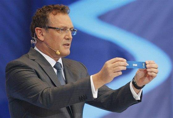 MISTŘI SVĚTA. Generální sekretář Jerome Valcke drží lístek se Španělskem....