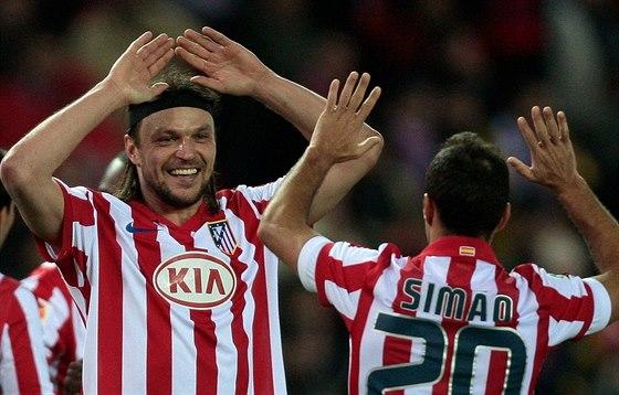 Tomáš Ujfaluši (vlevo) a Simao z Altétika Madrid slaví vítězství.