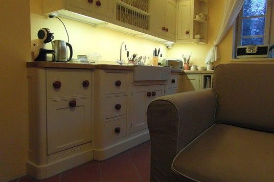 Kuchyň slouží i jako obývací pokoj a jídelna.