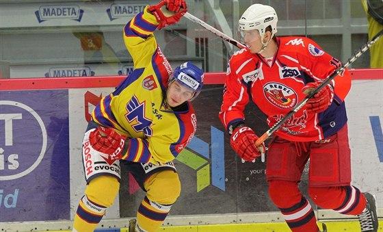 Havlíčkobrodský hokejista Karel Plášil (vpravo) a českobudějovický Luboš Rob.