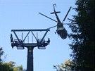 1. října - helikoptéra za zhruba tři hodiny osadila všechny sloupy lanovky