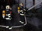 Hasiči likvidují požár vagonu na nákladovém nádraží Praha - Vršovice (3.12.2013)