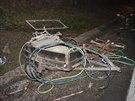 Přívěsný vozík, který po nehodě skončil mimo dálnici