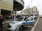 Kvůli nahlášené bombě museli policisté nechat evakuovat i nákupní centrum Flora...