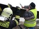 Hasi�i ve spolupr�ci s TSK zabezpe�uj� plechov� pl�ty na Nuselsk�m most�, kter�...