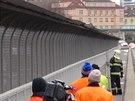 Hasiči ve spolupráci s TSK zabezpečují plechové pláty na Nuselském mostě, které...