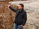Starosta obce Dobrovíz Martin Šafr ukazuje, kde by měla stát nová obří hala...