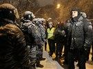 Policie za�ala rozeb�rat barik�dy blokuj�c� p��stup do vl�dn� �tvrti (9.