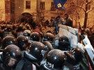 Policie začala rozebírat barikády blokující přístup do vládní čtvrti (9.