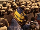 Demonstranti  a policejní těžkooděnci v centru Kyjeva (9. prosince 2013)