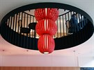 Café Placzek, Brno - Červená španělská světla vyrobená z přírodních dýh jsou v...
