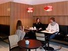 Café Placzek, Brno - V interiéru jsou uměřené materiály - dubové dýhy, černá...