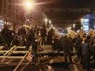 Vstupy na náměstí brání od počátku noci barikády ze železa, dřeva a aut, které...