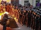 Policie před demonstranty nehodlá ustoupit (2. listopadu)