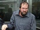 Donald Page, kterého Kwiatkowski nakazil žloutenkou typu C, odchází od soudu.
