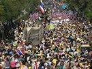 Dav demonstrantů míří k úřadu thajské vlády. Požadují demisi premiérky...