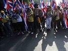 Podle odhadů kráčelo Bangkokem na sto tisíc demonstrantů.  Řada z nich se na...