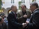 Profesor Petr Fiala (vlevo) se zdraví s bývalým pražským primátorem Bohuslavem...