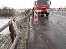 Specializovaná firma kamion vyprostila už nad ránem a odstranila ho ze silnice...