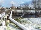 Hasiči postavili dvě norné stěny na vodním toku u mostu před obcí Iváň, která...