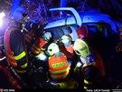 Dvě osoby, jež se ve vozidle nacházely, zůstaly ve vraku zaklíněny. (8....