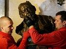 Stěhování soch z Národního divadla do dílen, kde se o ně postarají restaurátoři.