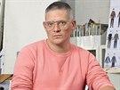 Módní návrhář Giles Deacon vystudoval Central St. Martins, získal řadu prestižní cen včetně ocenění Návrhář roku od britské módní rady.