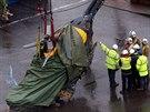 V pondělí se záchranářům podařilo vyzvednout havarovanou helikoptéru z trosek...