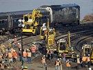Místo, kde v neděli havaroval vlak a zemřeli 4 lidé, se opravuje. Kolem už...