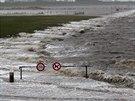 Rozbouřené Severní moře zatopilo silnici u města Norddeich na severu Německa.