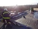 Po silném nočním větru museli hasiči v Ostravě-Porubě zajistit střechu, která...