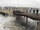 Vlny lomcují s mostem v německém Blankenberge.