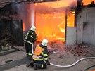 Hasiči zasahovali v Ličně na Rychnovsku u rozsáhlého požáru autodílny.