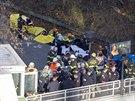 Hasiči a záchranáři se starají o raněné z vlaku, který vykolejil ve čtvrti...
