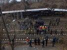 U převráceného vlaku v Bronxu zasahují záchranáři, hasiči a policie (New York,...