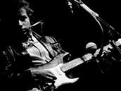 Bob Dylan při vystoupení na festivalu v Newportu v roce 1965