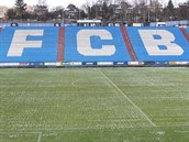 FCB. Na p�vodn� betonov�ch ochozech jsou u� roky plastov� sedadla. Stadion je...