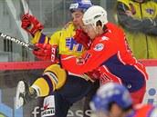 Havlí�kobrodský hokejista Karel Plá�il (vpravo) atakuje �eskobud�jovického...