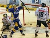PRVNÍ TREFA. Zlínští hokejisté se z prvního gólu na ledě Liberce radovali na začátku 16. minuty, když se trefil Filip Čech.