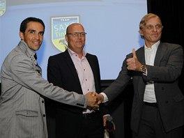ZASE KAMAR�DI. Cyklista Alberto Contador, mana�er Bjarne Riis i boh�� Oleg