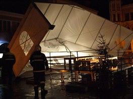Hasiči v Novém Bydžově na Hradecku v noci zajišťovali velký stan na Masarykově...
