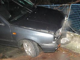 Sn�mek z nehody v P�erov�, p�i n� opil� mlad�k o v�kendu pobo�il z�dku plotu....