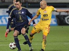Michal Ordoš (vpravo) z Olomouce si kryje míč před Patrikem Gedeonem z Dukly.