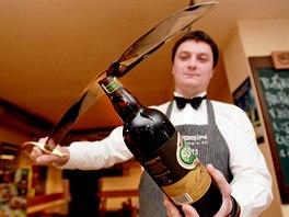 Mistr republiky Kamil Prokeš předvádí sabráž lahve nového pivního speciálu...