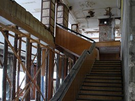 Objekt musí jistit podpěry. Důsledek zřícení stropů a části střechy v roce 2000.