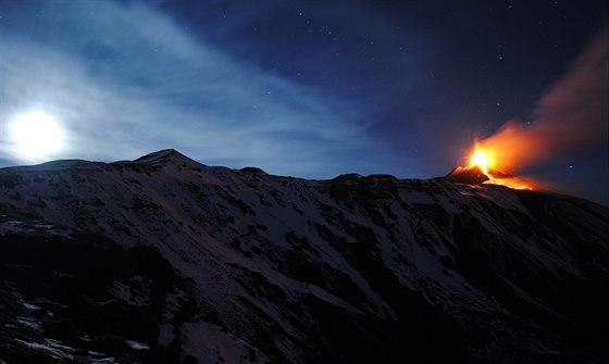 Etna, nejvy��� �inn� evropsk� sopka, op�t komplikuje �ivot obyvatel Sic�lie....