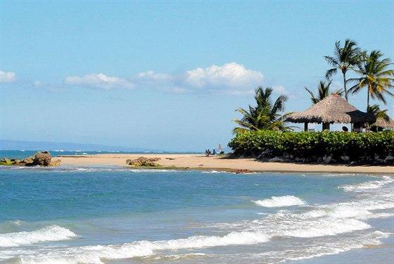 Kitebeach na severním pobřeží Dominikánské Republiky. Kitesurfaři v klidu...