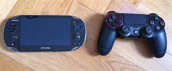 Vlevo PS Vita, vpravo ovladač k PlayStation 4